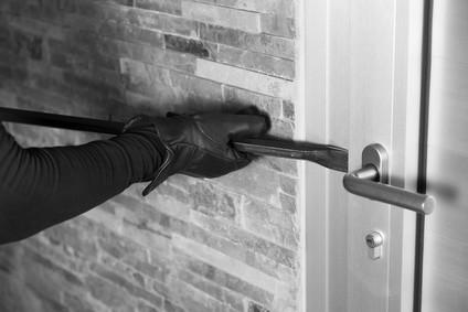 Einbrecher mit Brechstange